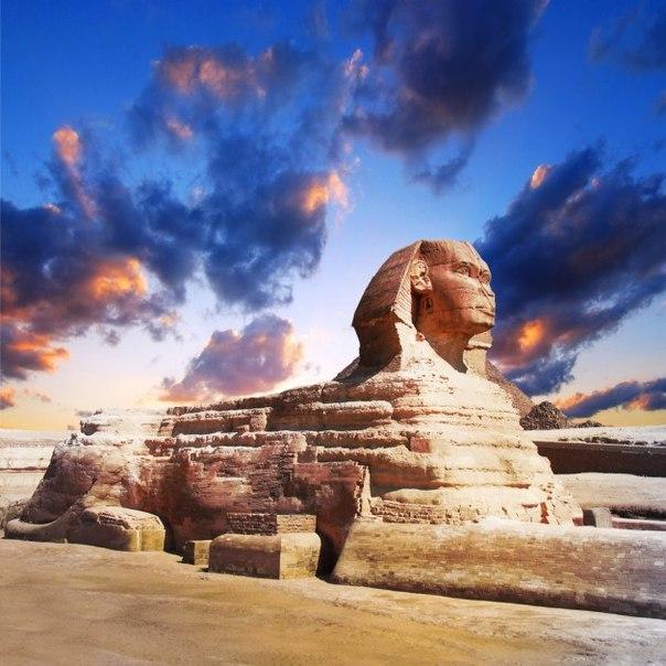 Фото со стока - Египетский сфинкс и пирамиды на закат.