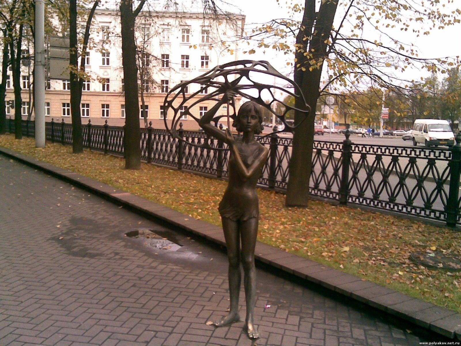 Фото девушек с памятником 15 фотография