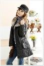 Черное модное теплое пальто с несъемным меховым воротником фото.