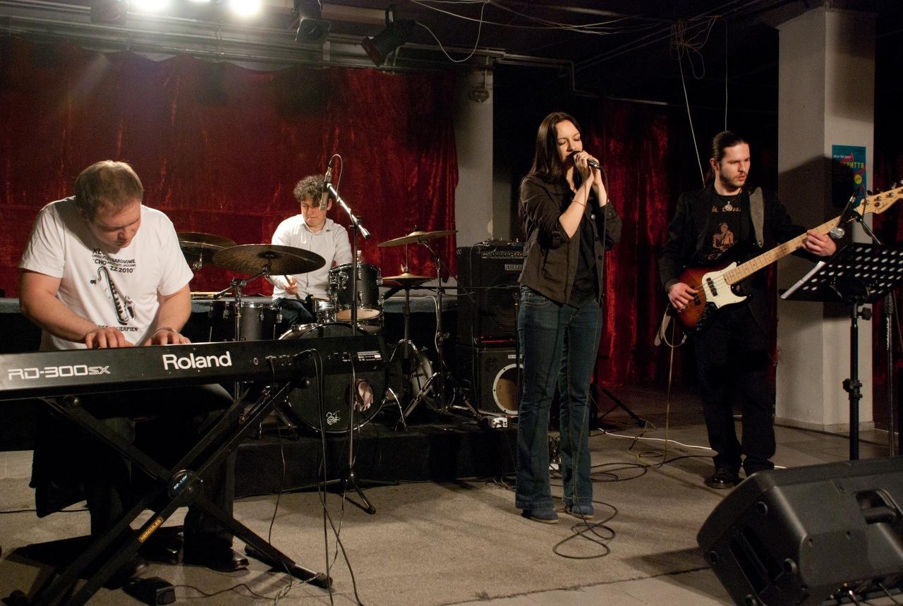 Сергій Стародубов (клавіші), Назар Поливко (ударні), Катіко Пурцеладзе (вокал), Олександр Новаков (бас-гітара).