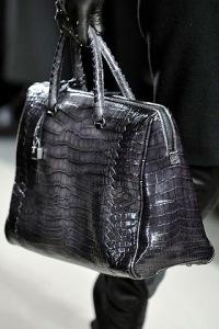 В этом сезоне дизайнер предложил коллекцию модных сумок из кожи черных...