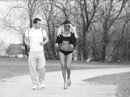 Спортивна дівчина її груди і фігура