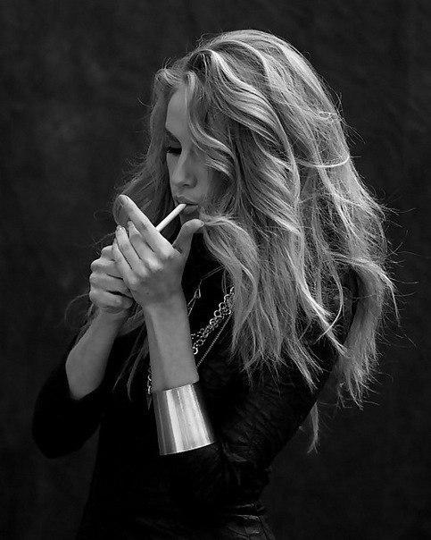 фото девушка курит на аву