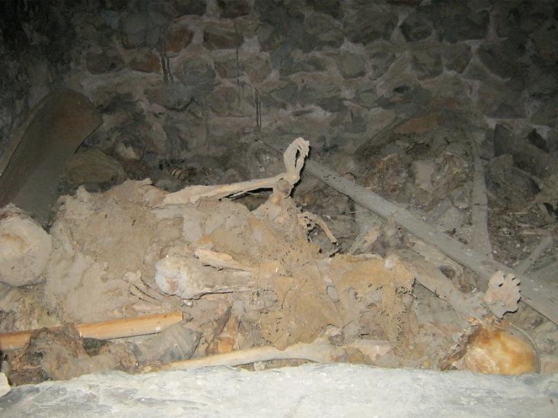 в склепе в Даргавском городке мёртвых