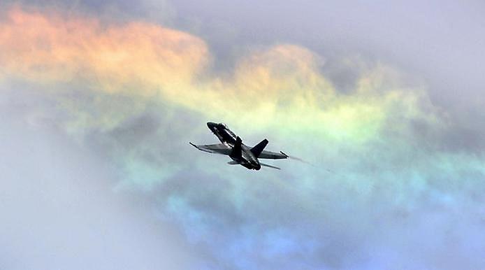 Радужные облака было на момент 2009 года довольно редким явлением, называемое радужные облака, которое порой может быть многоцветным, и иногда демонстрировать весь спектр в один момент. Эти облака состоят из мельчайших водяных капелек примерно одинаковых размеров. Когда Солнце находится под определенным углом и почти скрыто толстыми облаками, более тонкие облака преломляют солнечный свет когерентно, так что разные цвета отклоняются по-разному. Таким образом, лучи света различных цветов приходят к наблюдателю с немного разных направлений. Многие облака могли бы выглядеть как радужные и могли бы быть разноцветными, но оказываются слишком толстыми, либо слишком перемешанными, либо слишком далеко от Солнца.