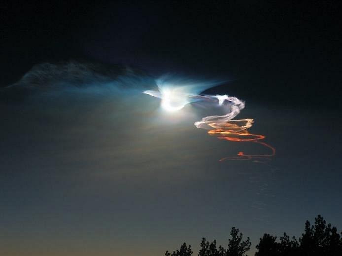 Иризацию можно увидеть на конденсационных следах самолетов