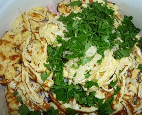Салат с грибами курицей и омлетом рецепт