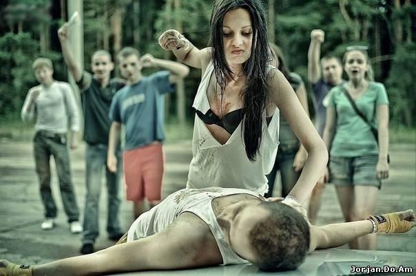 Девушка бьет парня ремнем