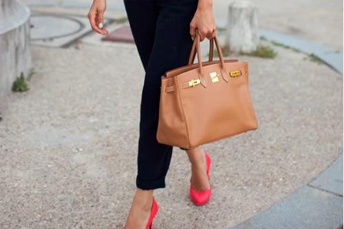 """2.Вторая линия.  Купить сумку от менее известного и  """"кричащего """" бренда."""