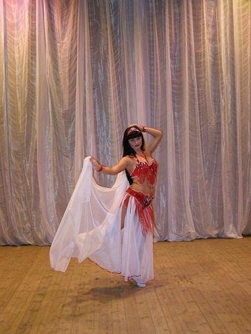 Продается костюм для восточных танцев.  Пояс и лиф красный, юбка белая.