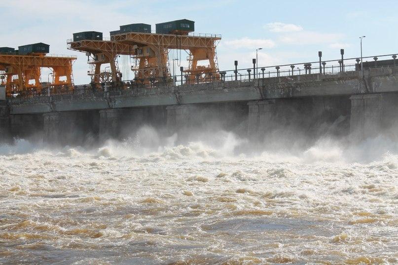 Сброс воды на плотине Дубна