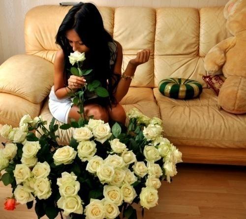фото парень дарит цветы: