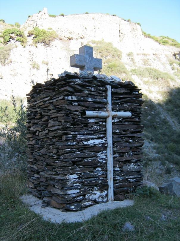 Такие вот надгробные памятники в Грузии встречаются. И очень часто прямо у какой-нибудь дороги. Почти все жители Грузии - христиане православного толка, и очень чтят традиции этой веры.