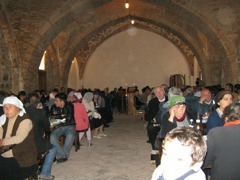 В огромной трапезной древнего монастыря