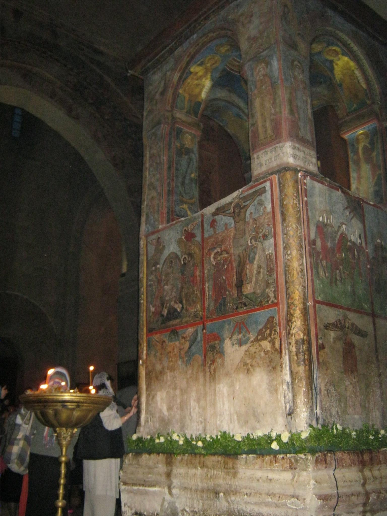Древние фрески внутри храма Светицховели в райцентре Мцхета