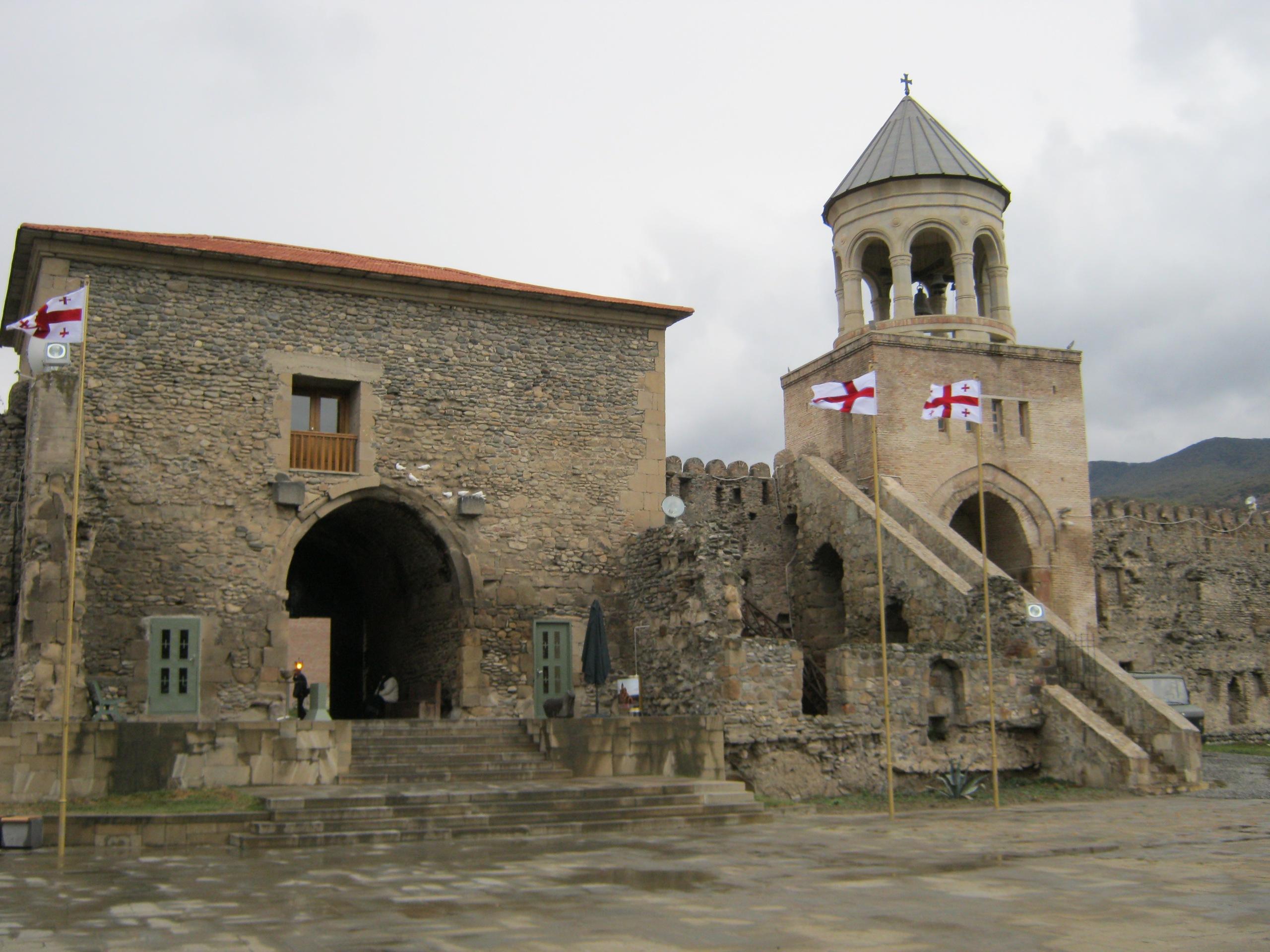 Внутренняя сторона ворот, через которые заходят посетители церкви Светицховели.