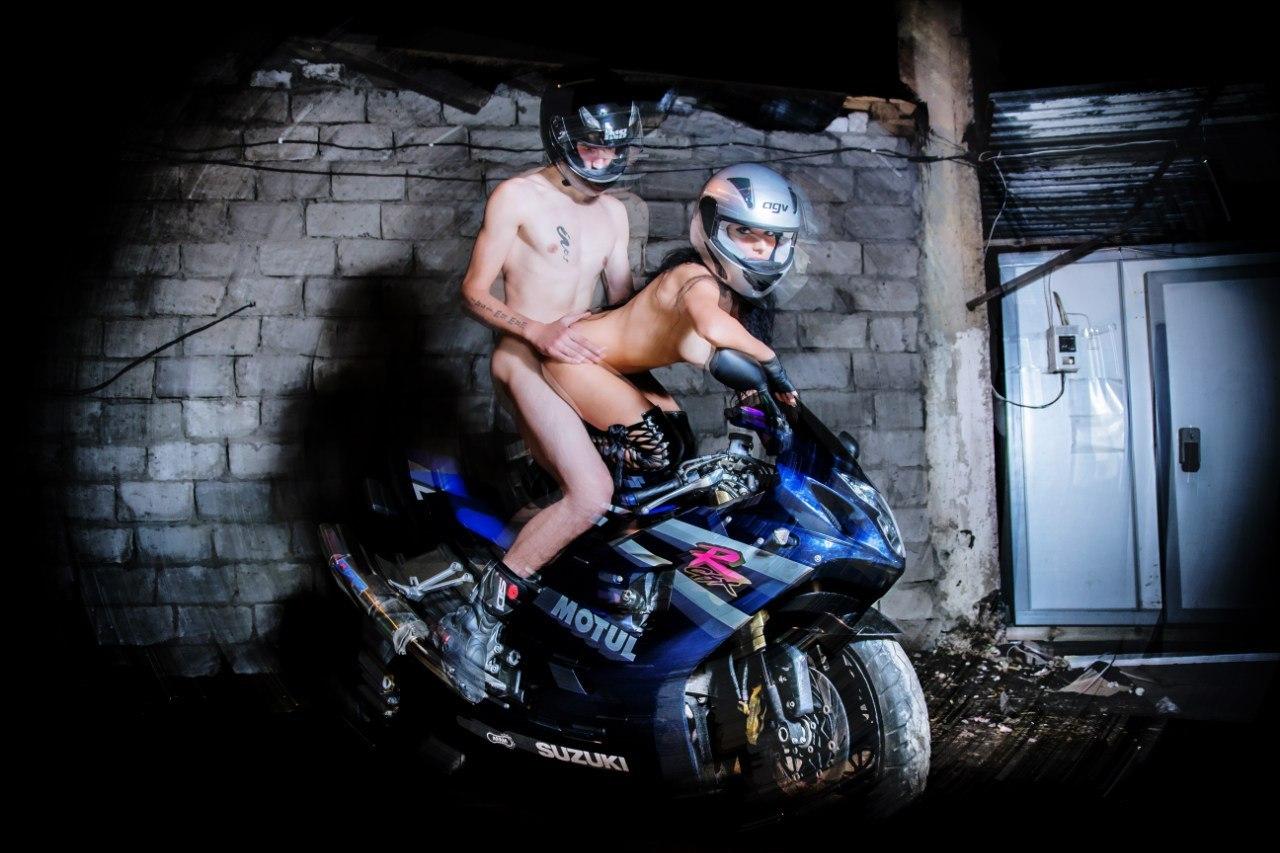 Двумя девушками с парень байкер порно