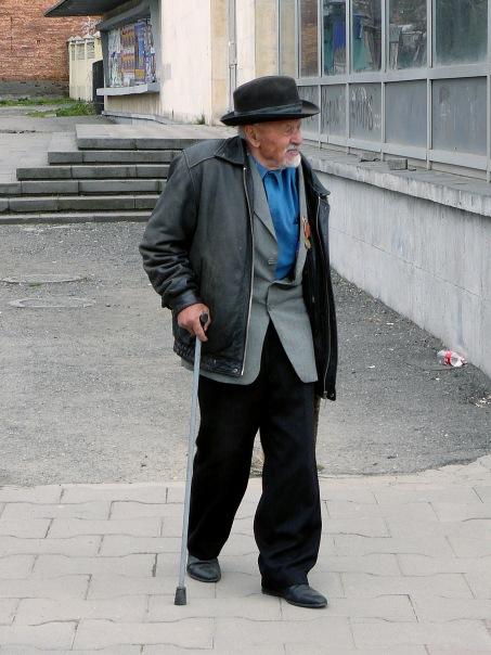 Дедушка с палочкой