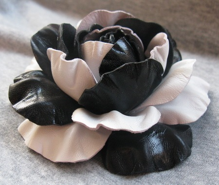 роза из кожи. тэги. категория.  Как сделать например такую розочку из кожи? цветы из кожи. мастер-класс цветы кожи...