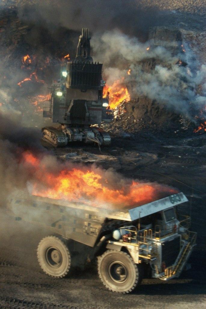 Адская работа горящий уголь из карьера с добычей открытым способом.  (с)пер