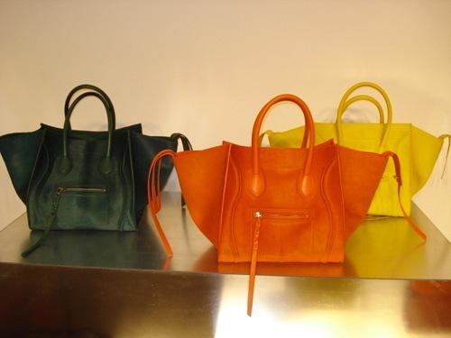 Lancel один из узнаваемых и элитных брендов, который выпускает сумки.