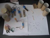 Трубочка от туалетной бумаги е есть будущее основа для гранаты.  Из картона вырезаем два круга под размер трубки...