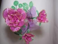 Корзина роз из бисера.  Букет состоит из одной большой распустившейся розы и двух бутонов, посажен.