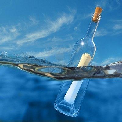 Послание в бутылке stock photography.