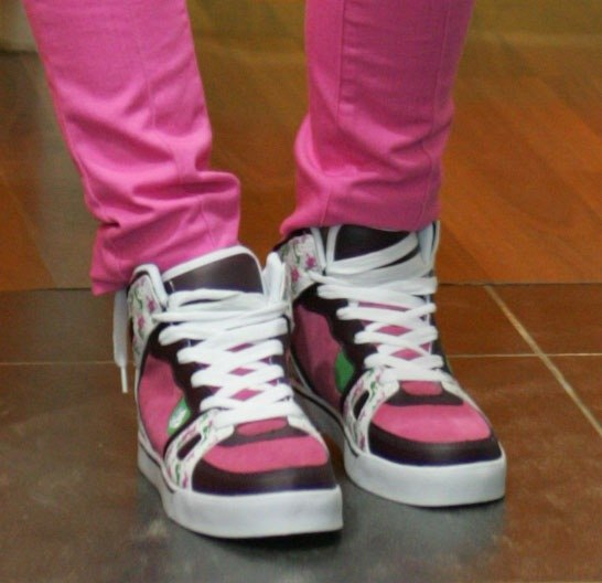 Женские кроссовки с ярким принтом, на шнуровке.  Розовый, белый, чёрный.