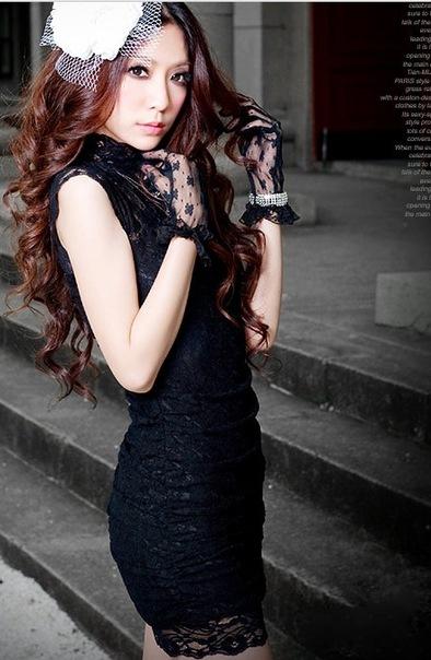 Черное кружевное облегающее платье.