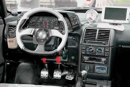 Назначение автомобиля выдает лишь дополнительный тахометр.  Зеркала сняты, задок максимально облегчен...