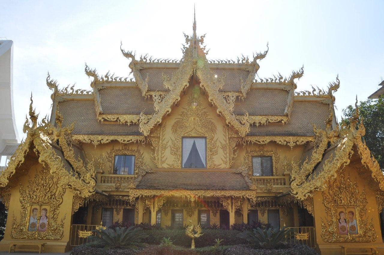 Золотой туалет в Белом храм