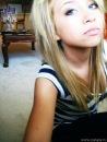 Я блондинка с голубыми глазами.  Я здеся новенькая.