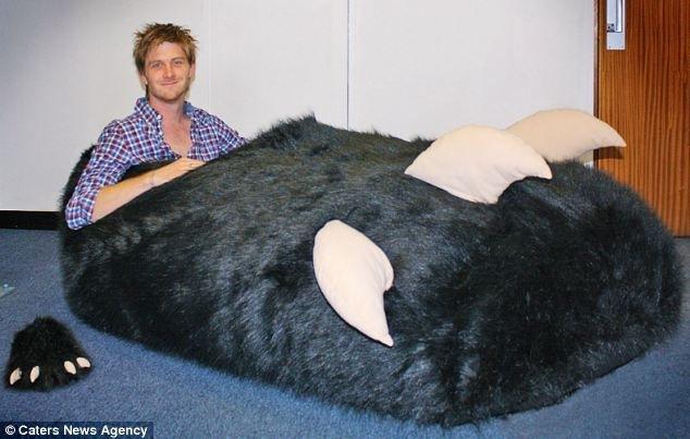 Забавный случай произошел с 27-летним британцем. Так как размер ноги Тома Боддингема достаточно большой, причем левая и права…