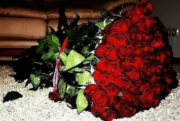 Фото цветок розы на полу
