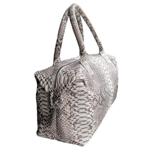 И... Chicstore.ru - точные копии сумок известных брендов.