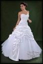 Пышное белое свадебное платье.