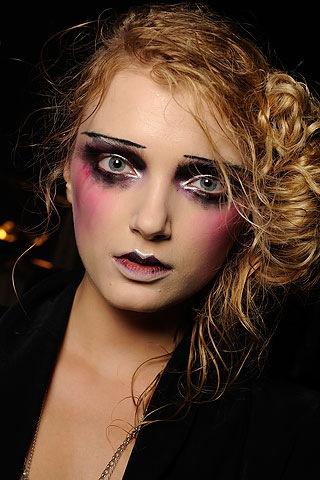 С помощью макияжа можно изменить черты лица и сделать человека неузнаваемым.