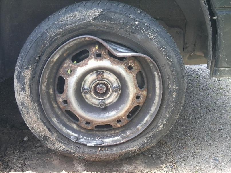 Почему на коляске спускает колесо 165