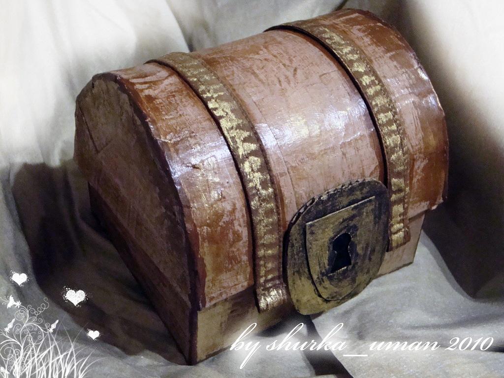Сделан из...коробки из-под телефона).  Для маленьких и не очень пиратов и пираток) .