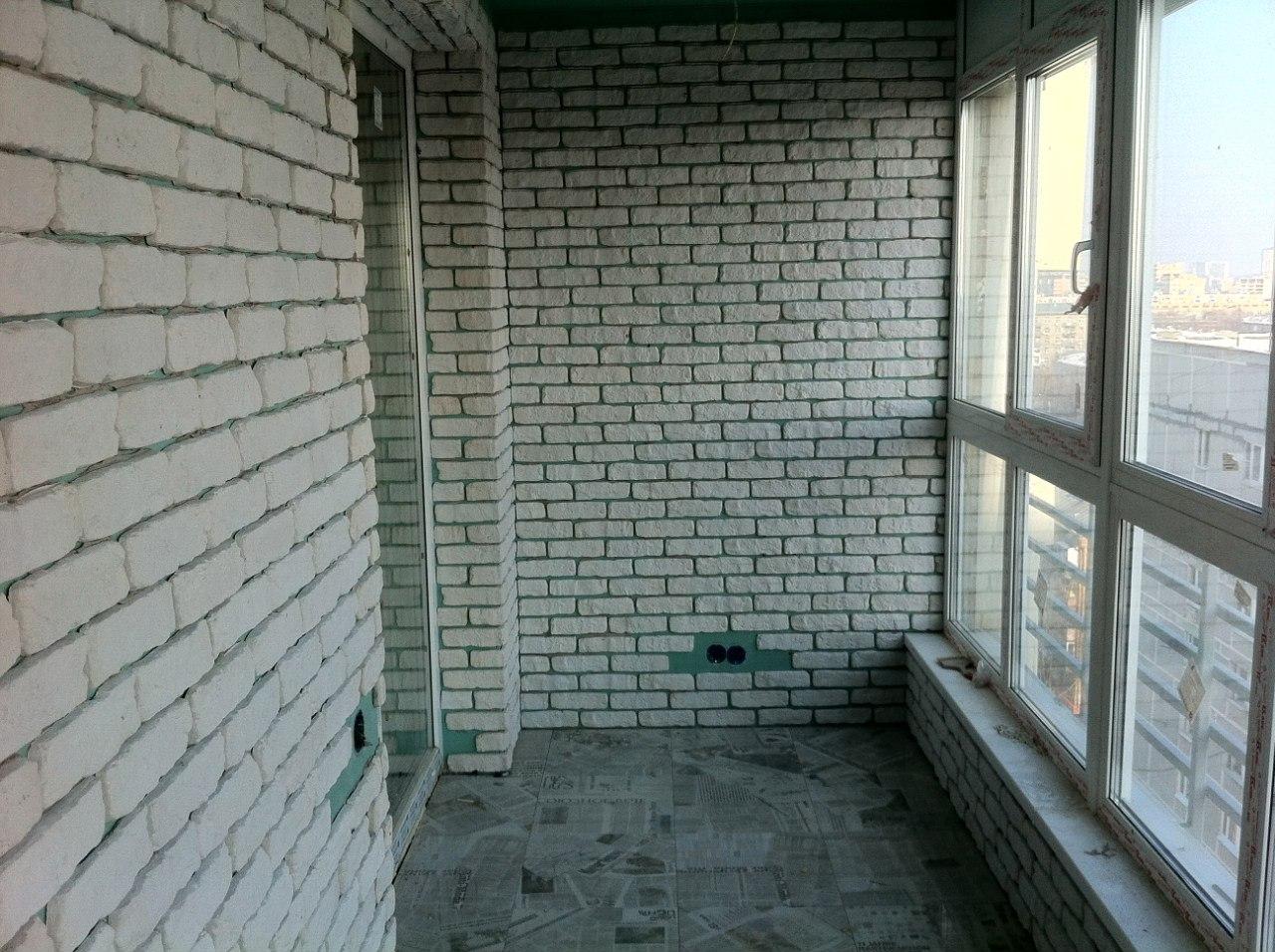 Отделка балконов декоративным кирпичом..