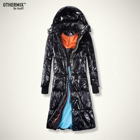 Женское стеганое длинное пальто с капюшоном.