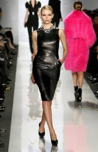 Кожаное платье должно быть однотонным.  Кожа замечательно сочетается с трикотажем.