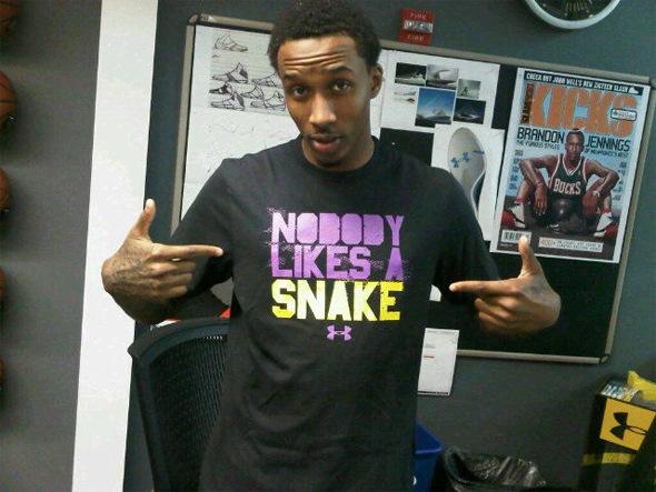 Брэндон Дженнингс в футболке с надписью никто не любит змею