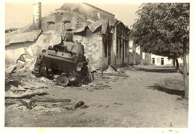 Знищений радянський легкий танк БТ-7 на вулицях м. Вінниці. Липень 1941 р.