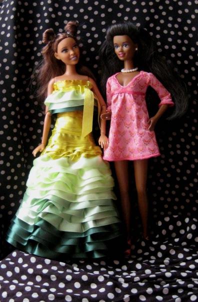 Она намного темнее своих подруг,но я не знаю,можно ли ее отнести к темнокожим куклам.Других африканочек у меня пока...
