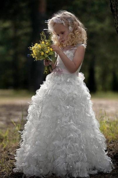 В саду детские нарядные платья