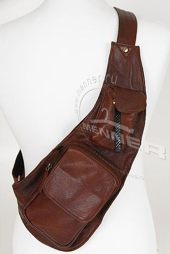 Большая и вместительная сумка-рюкзак для ношения через плечо.