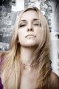 Фото со стока - Молодая женщина красота старого grunge стену.