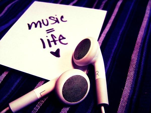 наушники в уши музыка глушит и никто не нужен потому что так лучше
